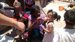 AH_alimentando-niña