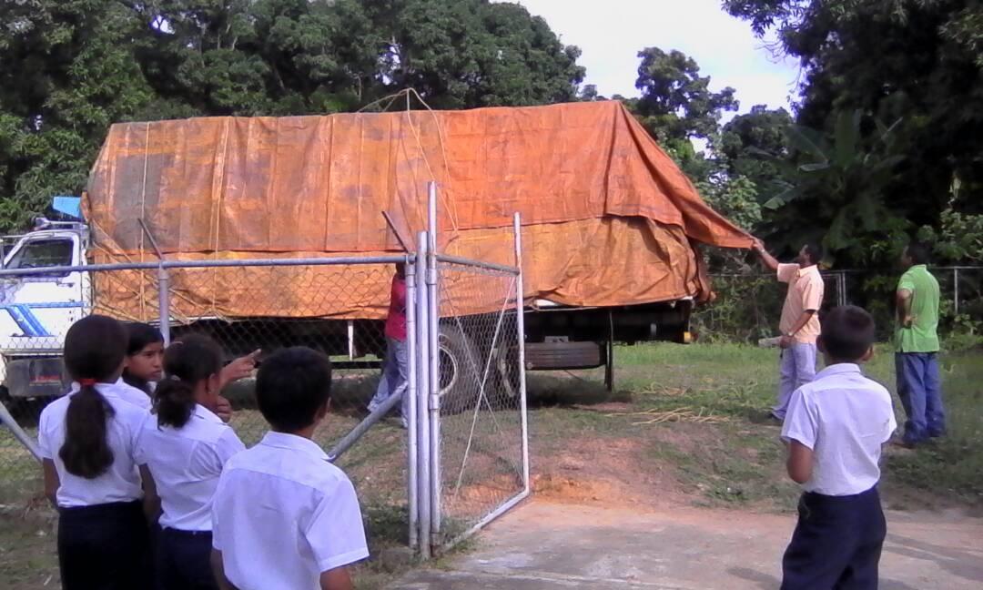 Caicara_Llega- camion-con-mobiliario-aulas